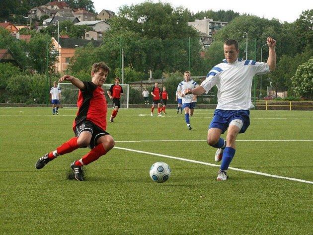Umělá tráva měla pro fotbalisty náchodské rezervy (ve bílém) podle trenéra Zdeňka Zinkeho jen zanedbatelnou výhodu.
