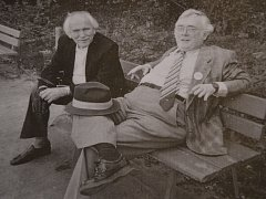 PŘEDLOHOU pro lavičku se stala tato fotografie Josefa Škvoreckého v jeho typickém posedu. Na snímku, který byl pořízený asi v 80. letech ve Varšavě, je spisovatel spolu s muzikologem, publicistou a překladatelem Lubomírem Dorážkou.