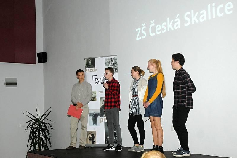 Ve Velkém Poříčí slavnostně zakončili projekt Příběhy našich sousedů, který dětem přibližuje vzpomínky pamětníků z Náchodska.
