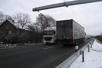 Mýtná brána nedaleko Vysokova. Ne všechny kamiony  však  tudy jezdí.