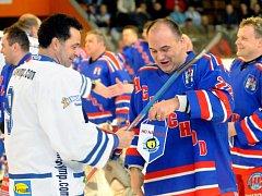 Hokejový zápas mezi místními starými gardami, které se utkaly s HC Olymp Praha.