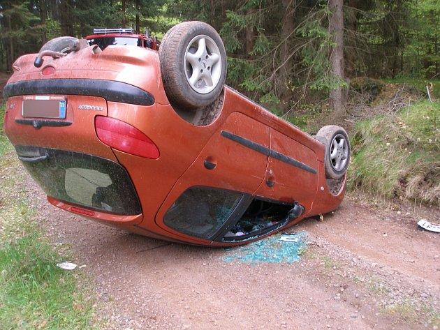 Řidička osobního vozidla Peugeot 206 skončila z dosud nejasných příčin na střeše.