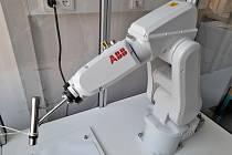 Na hronovské střední škole se žáci srobotikou seznamují vrámci maturitního oboru Strojírenství. Při výuce využívají např. robotickou buňku, kde se učí ovládat průmyslovýšestiosý robot IRB120 s řídicím systémem IRC5.