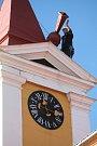 Silný vítr dnes před polednem připravil o makovici věž Staré radnice na broumovském náměstí.
