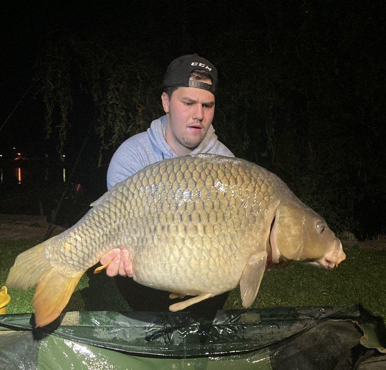 Osobní rekord z přehradní nádrže Rozkoš má Tomáš Kulich kapra 111 cm o váze 21,83 kg.