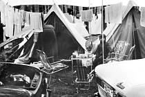TAK SE ZA ÉRY SOCIALISMU KEMPOVALO V ZAHRANIČÍ. Snímek z kempu u berlínského jezera je z osmdesátých let minulého století a připomíná dnešní uprchlické tábory.