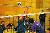 Hronovští volejbalisté (v útoku) si v posledním zápase vybojovali účast i v příštím ročníku II. ligy.