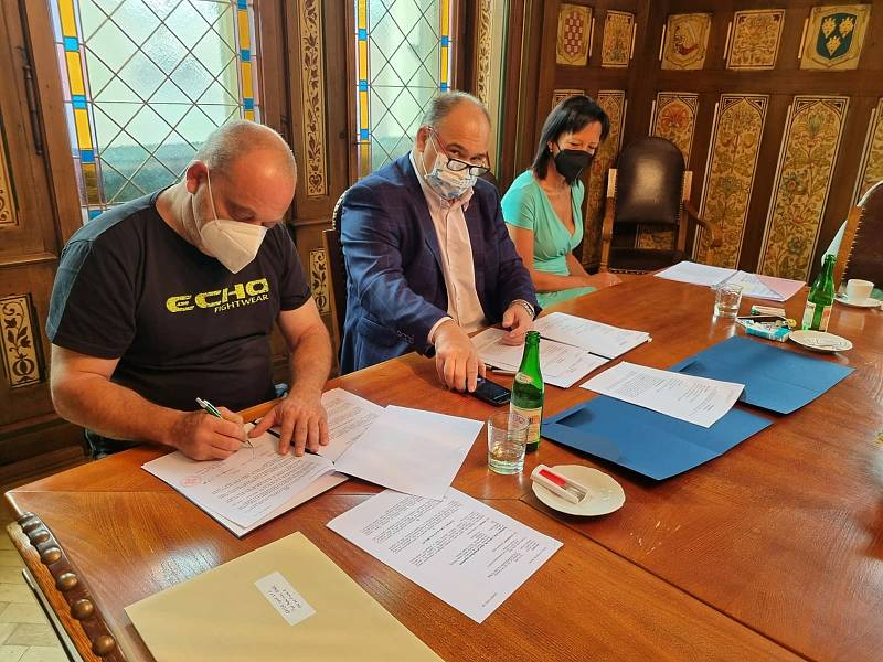 Manželé Ježkovi z Kramolny podepisují se starostou Náchoda Janem Birke smlouvu, která jim zajistí nové bydlení. Foto: Deník/Jiří Řezník