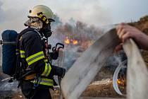 Požár suché trávy a skládky v Šonově.