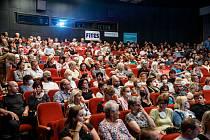 Doprovodný program festivalu filmové komedie ve středu potěšil milovníky dechové hudby- před kinem zahrála místní Stavostrojka.