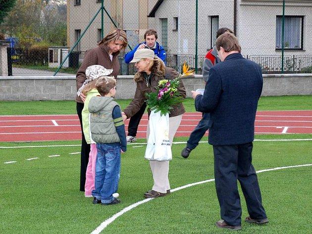 děti ze Základní školy poděkovaly Z.Horníkové za pomoc při získání státní dotace.