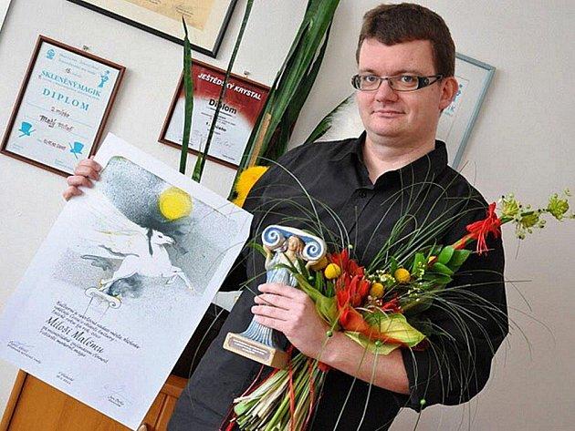 Kouzelník Miloš Malý (na snímku) si ocenění Talent roku 2010 kvůli nemoci nemohl převzít osobně. Na sobotním reprezentačním plese Města Náchoda ho zastoupil jeho kamarád Jiří Polák, který mu pak cenu předal.