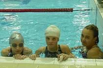 TRIO náchodských plavkyň ve složení – zleva: Petra Lemfeldová, Anežka Rožnovská a Pavlína Linhartová si z Hradce Králové přiváží tři zlata, dvě stříbra a jeden bronz.
