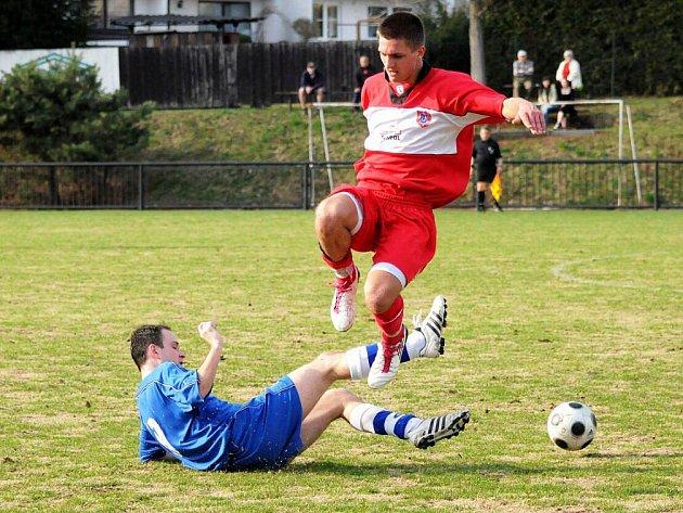 Červený Kostelec (v červeném) uhrál v prvním jarním utkání doma remízu s hradeckou Slavií.