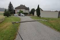 Vkatastru části Končiny narazil osobní automobil do sloupu elektrického vedení, který spadl na zem.