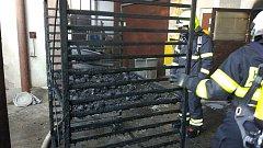 Pochoutky pro psy sežehl oheň, hořela sušička masa.