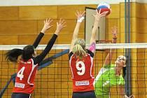 PRVOLIGOVÉ volejbalistky Hronova (v zeleném) uhrály doma proti Opavě pět důležitých bodů.