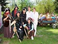 STYLOVĚ VYZDOBENÁ ZAHRADA Justynky a za čarodějnice přestrojený personál. Tak se bavili senioři při pálení čarodějnic.