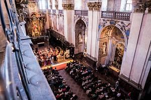 V sobotu 29. června se poprvé rozezněla slavnostní znělka festivalu Za poklady Broumovska. V klášterním kostele sv. Vojtěcha v Broumově přivítala sólisty a orchestr Národního divadla v Praze, spolu s místním pěveckým sborem Amicitia ZUŠ Broumov.