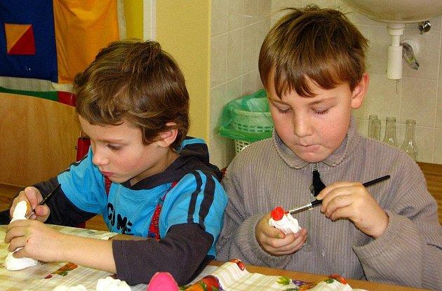 Děti z mateřské a základní školy v Suchém Dole společně se školáky z polských Vambeřic vyráběly v rámci společného česko – polského projektu výtvory s vánoční tématikou.