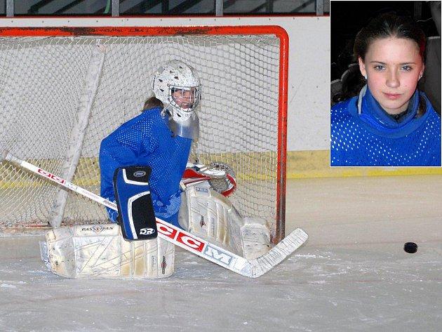 Nadějná hronovská brankářka Michaela Frýbová hostuje v prvoligovém týmu žen TJ HC Tesla JAST Pardubice.