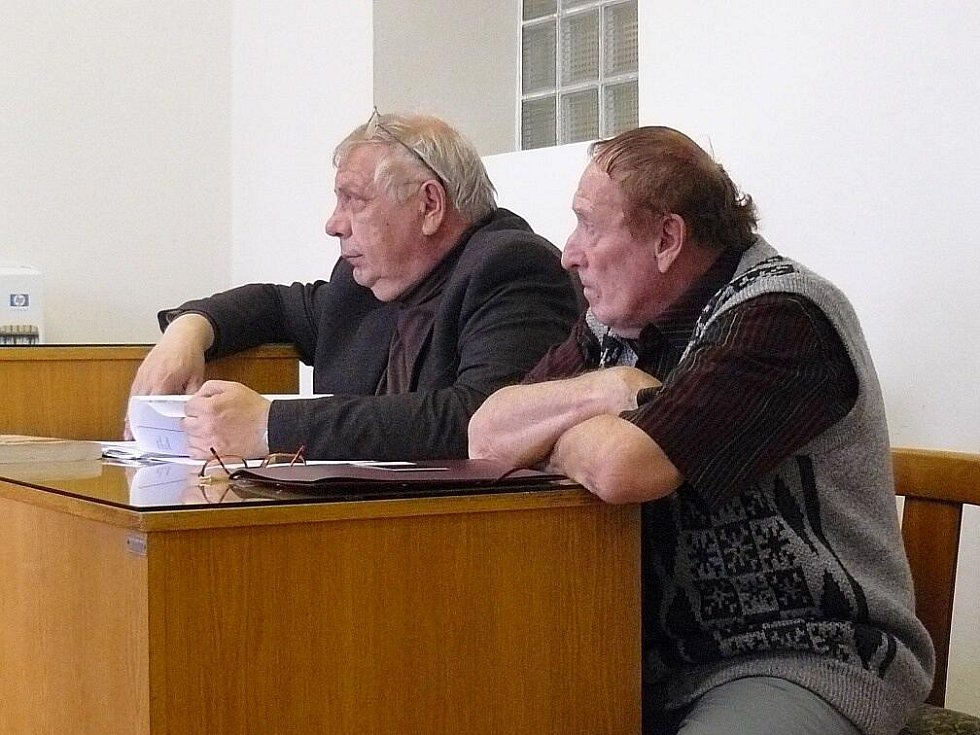 Advokát Zdeněk Kadleček (vlevo) a obžalovaný Karel Květ v soudní síni Okresního soudu v Náchodě.