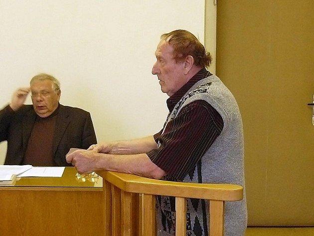 Řidič sanitky Karel Květ vypovídá u Okresního soudu v Náchodě. Za ublížení na zdraví mu hrozí až pět let vězení.