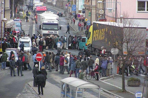 Stovky obyvatel České Skalice ve čtvrtek 29. ledna blokovalo dopravu na Husově náměstí.