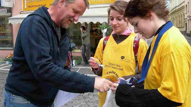 Od studentek náchodského Jiráskova gymnázia (zprava) Kateřiny Linhardtové a Gabriely Patrikové si  žlutý květ zakoupil také Michael Heller z Náchoda.