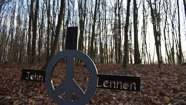 Památku Johna Lennona v lese nad Řezníčkovou roklí uČeské Skalice připomínána pomníček. Právě k němu před 40. výročím Lennonovi smrti zavítala dvojice kamarádů, aby zkontrolovali v jakém je stavu.
