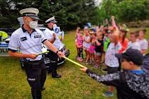 Ke svým přednáškám policisté přivezli mezi táborníky většinu své výzbroje a výstroje, kterou ke své službě využívají, a ta děti velmi zaujala.