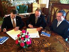 MEMORANDUM O SPOLUPRÁCI mezi zámkem a radnicí podepsali Joseph Michael Bartoň-Dobenín (vlevo) a starosta Petr Hable (uprostřed) za účasti rodiny majitelů zámku či místostarosty Michala besedy (na snímku vpravo).