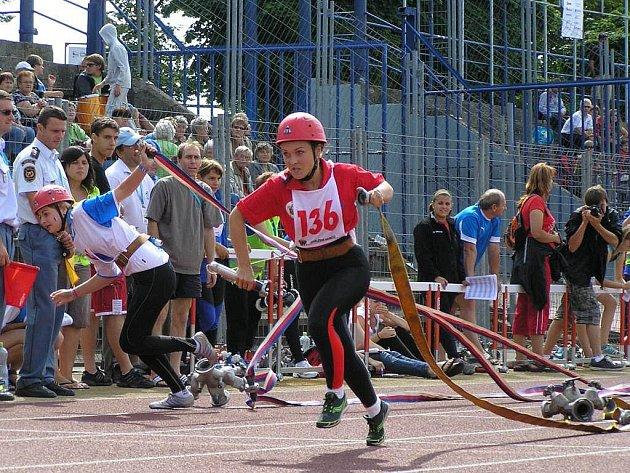 Důstojně hájila barvy Královéhradeckého kraje družstva žen i mužů SDH Meziměstí, která se zúčastnila Mistrovství republiky (MR) v požárním sportu v Ostravě.