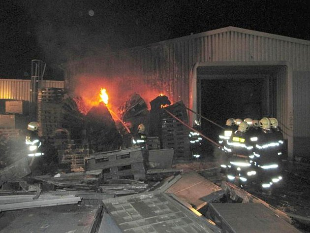 Požár ve firmě Gumotex.