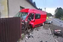 V ulici Broumovská došlo v 6:45 k nehodě, při níž osobní automobil skončil v příkopě a dodávka s vlekem plným štěrku prorazila plot a zastavila se o roh rodinného domu. Zdroj: FB  Martinka Máca Línečková