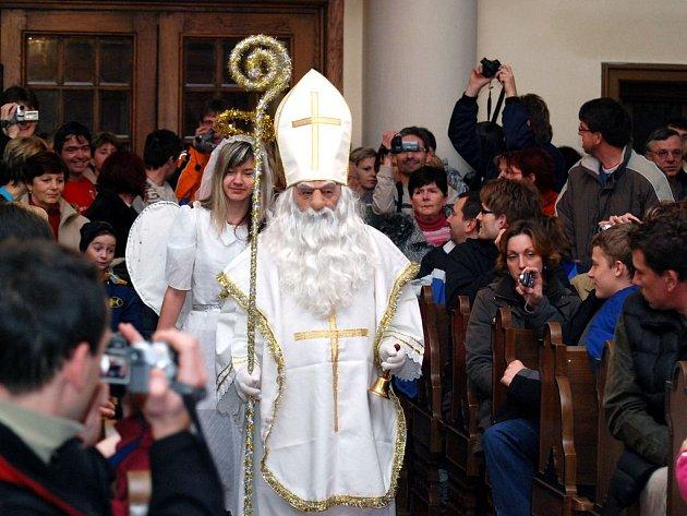 V Hronově se sešli občané u vánočního stromečku.
