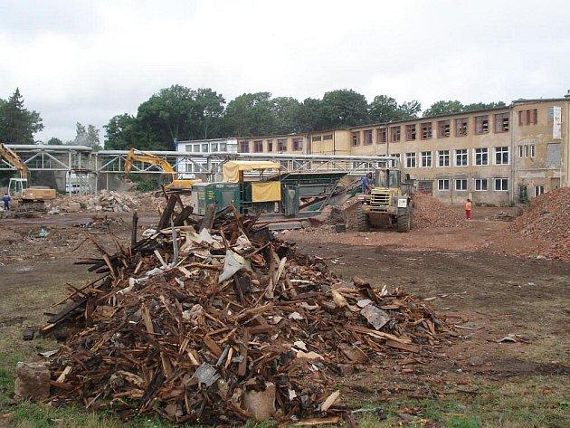 Během prázdnin se v Jaroměři bouraly staré budovy, které musely udělat místo novému nákupnímu středisku. Protipovodňový projekt, jenž v Jaroměři probíhá, by měl být hotový do dvou let – pak už město neohrozí ani stoletá voda.