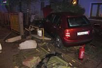 Osobní automobil vyjel ze silnice na chodník a střetl se tam s chodcem. Poté vozidlo porazilo plot a HUP u přilehlého domu.