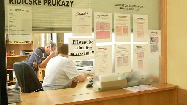 VE SPRÁVNÍM obvodu Náchod musí do konce roku vyměnit přibližně ještě 3500 řidičských průkazů.