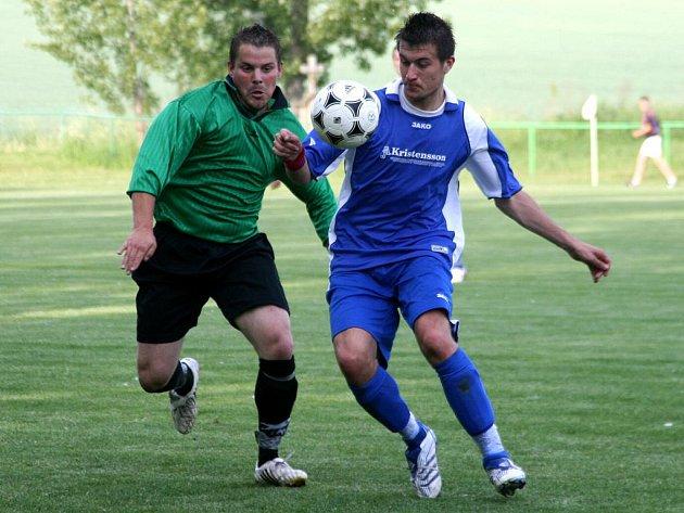 Bezbrankovou remízou ztratili fotbalisté Provodova (v modrém) dva body v důležitém boji o záchranu.