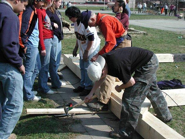 S velkým nadšením stavěli Američané před několika lety dětské hřiště v Nerudově ulici v České Skalici. Nyní se chátrající sportoviště s dřevěnými atrakcemi bude muset zbourat.