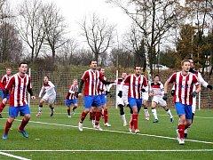 JAROMĚŘŠTÍ fotbalisté (na snímku v pruhovaném) půjdou do jarních odvet ze druhého místa.