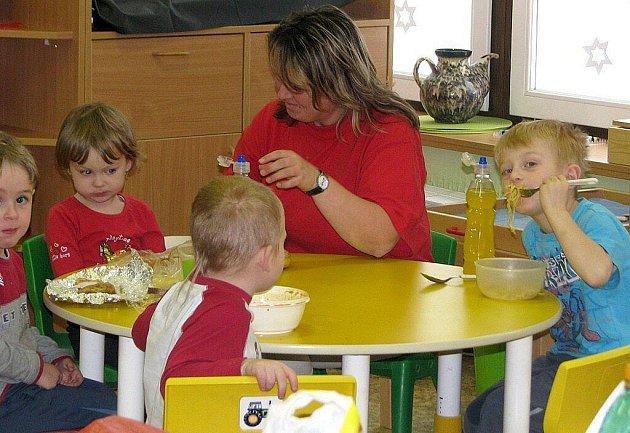 Do stávky se 8. prosince 2010 zapojili také provozní zaměstnanci (kuchařky, uklízečky) v Mateřské škole Vítkova v Náchodě – Bělovsi. V tento den provozní zaměstnanci nepracovali, školka však fungovala normálně. Každé z dětí si přineslo jídlo z domova,.