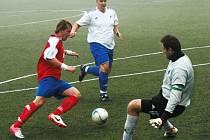 NOVOMĚSTSKÝ útočník Paďour obchází brankáře Janských Lázní a dává třetí gól svého týmu.