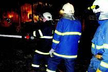 Hasiči likvidují  požár skladováku s přibližně 20 vagony sena a slámy. Nasazeno bylo šest útočných proudů,  na rybníku bylo zřízeno čerpací stanoviště. Současně s hašením probíhaly vyklízecí práce pomocí nakladače. Požár byl dohašen v pondělí.