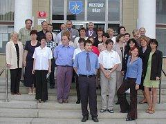 Nastoupení úředníci z radnice v České Skalici při otevírání nové budovy městského úřadu.
