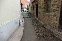 Zmizení nárožního kamene z pískovce nacházejícího se u domu čp. 1248 v ulici Na Zadomí. Foto: Archiv MěÚ  Nové Město n. M.
