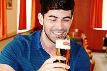 Nejkrásnější muž planety ochutnal to nej pivo světa