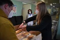 Poděkování patří všem, kteří se narychlo zapojili a včera napekli štrúdly, které byly v sobotu rozdávány zdravotníkům Oblastní nemocnice Náchod. Bylo to celkem 65 štrúdlů.