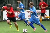CHYŤTE SI MĚ. Červenokostelecký expres Milan Kováčik (v modrém) nabírá rychlost v utkání s Dolany. Zajímavý a na góly úrodný zápas nakonec skončil vítězstvím červenokostelecké rezervy v poměru 5:3.